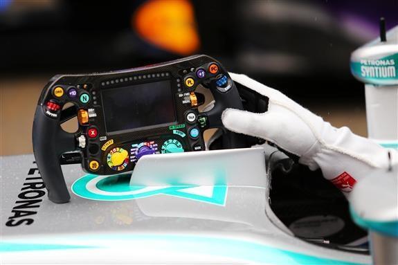 Los guantes y el volante del Poleman del día, Lewis Hamilton